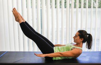 exercicios pilates hundred - deitada com pernas e bracos esticados