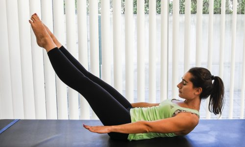 exercicios pilates hundred - deitada com pernas e bracos esticados