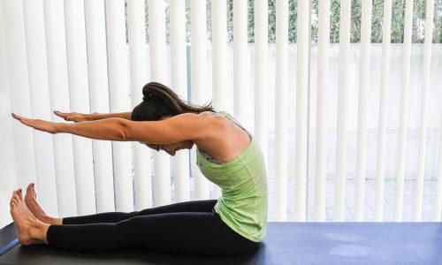 exercicios pilates rollup - corpo dobrado para frente
