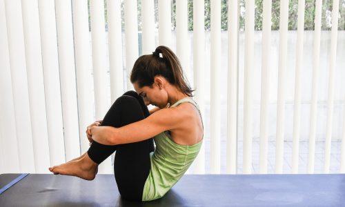 exercicios pilates rolling like a ball - abracar os joelhos com costas levantadas