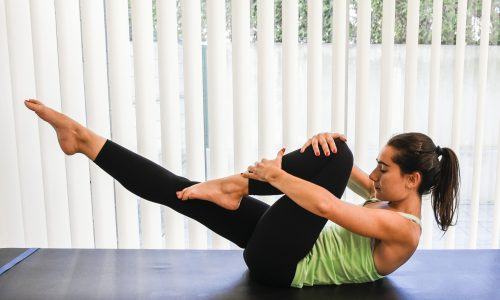 exercicios pilates single leg stretch - perna esticada e perna dobrada