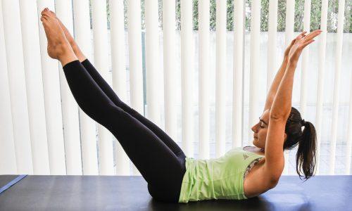 exercicios pilates double leg stretch - pernas e bracos esticados