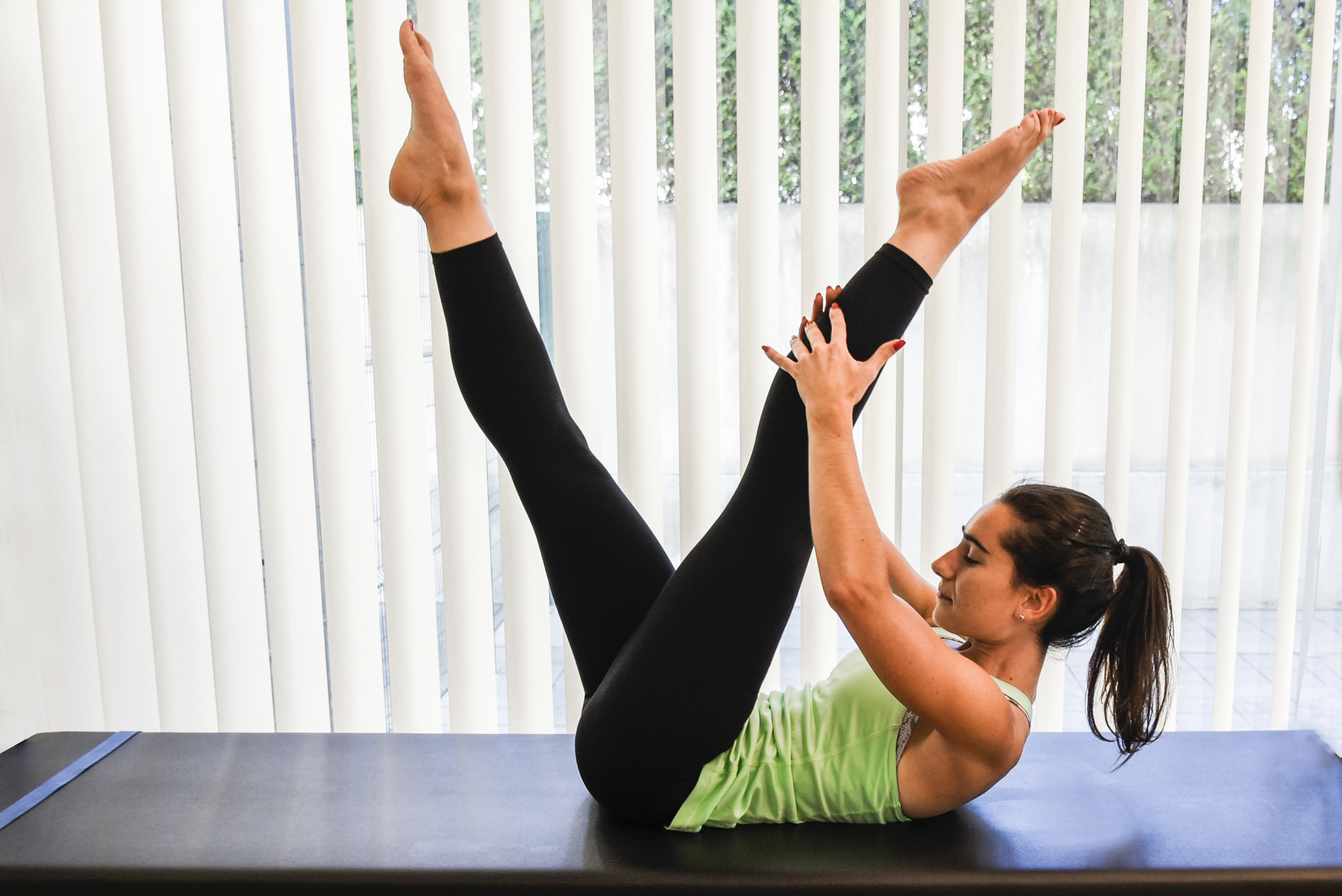 exercicios pilates scissors - pernas esticadas forma de tesoura