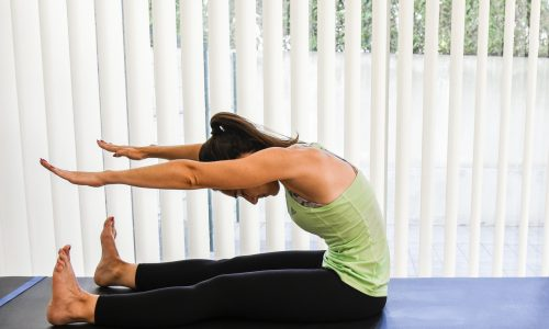 exercicios pilates spine stretch forward - posição sentada inclinar para frente